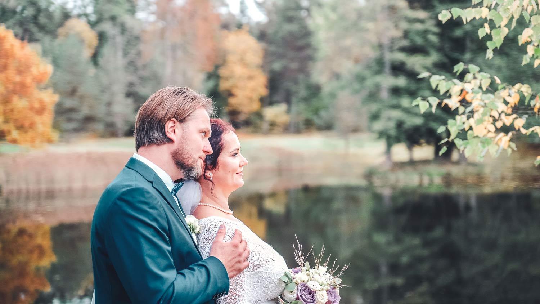 Noorpaar sügisel järve ääres fotograaf ja pulmavideo