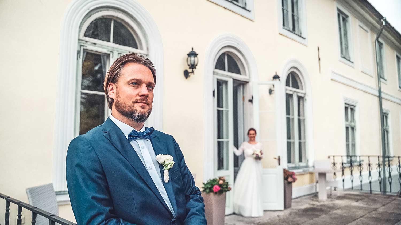 Pruut on peigmehe taga fotograaf pulma ja pulmavideo tegemine
