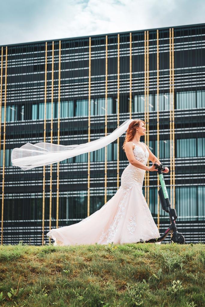 Pruut Tartus tõukerattal pulma fotograaf ja pulmavideo
