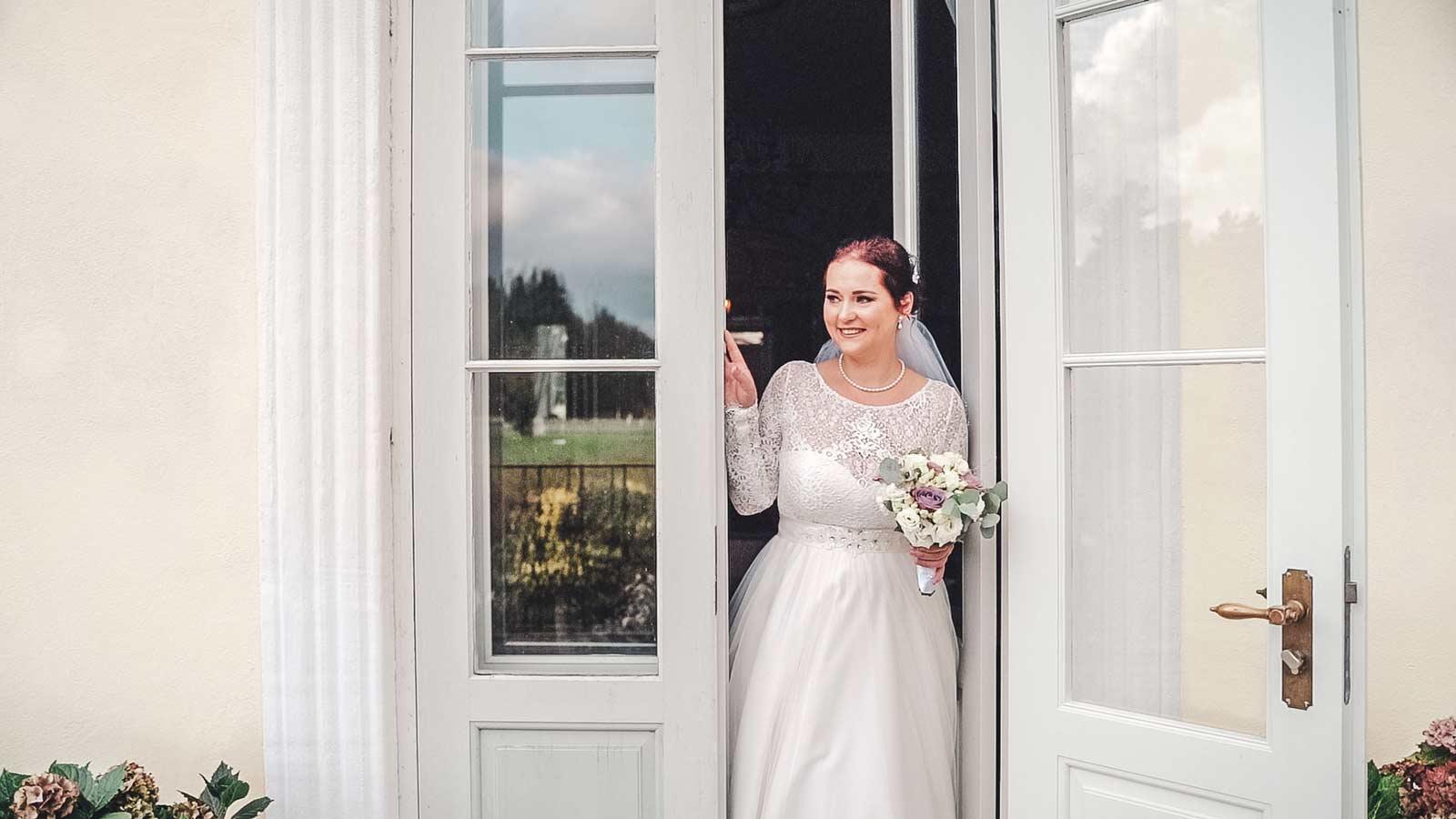 Pruut ukseaugus Padise mõisas pulma fotograaf ja pulmavideo tegemine
