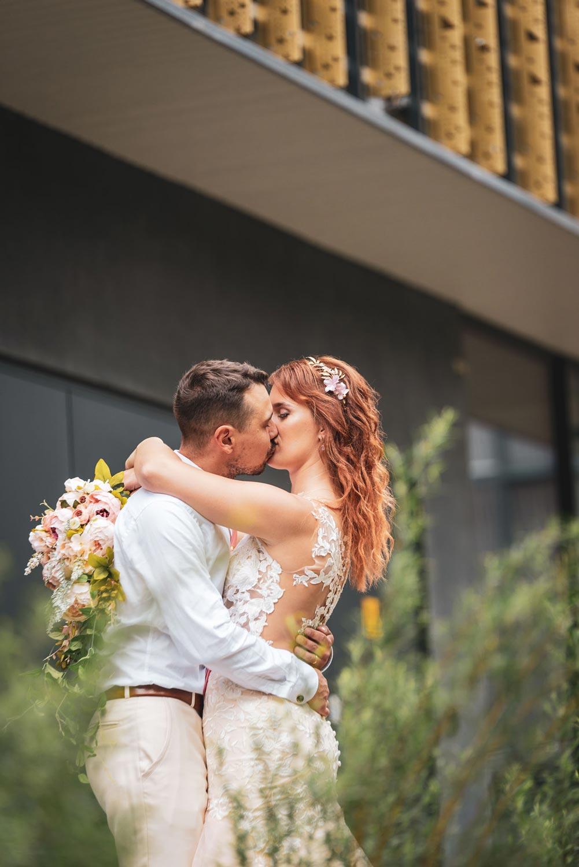 Pruutpaar suudlemas pulmafotograafi ees
