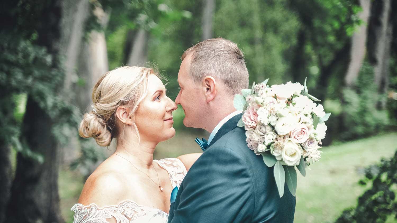Peig ja pruut vaatavad teineteisele silma pulmavideo tegemine ja pulmapildid