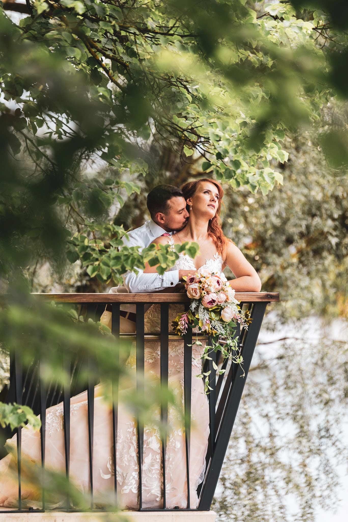 Peig suudleb pruudi kaela pulma fotod ja videograaf pulma