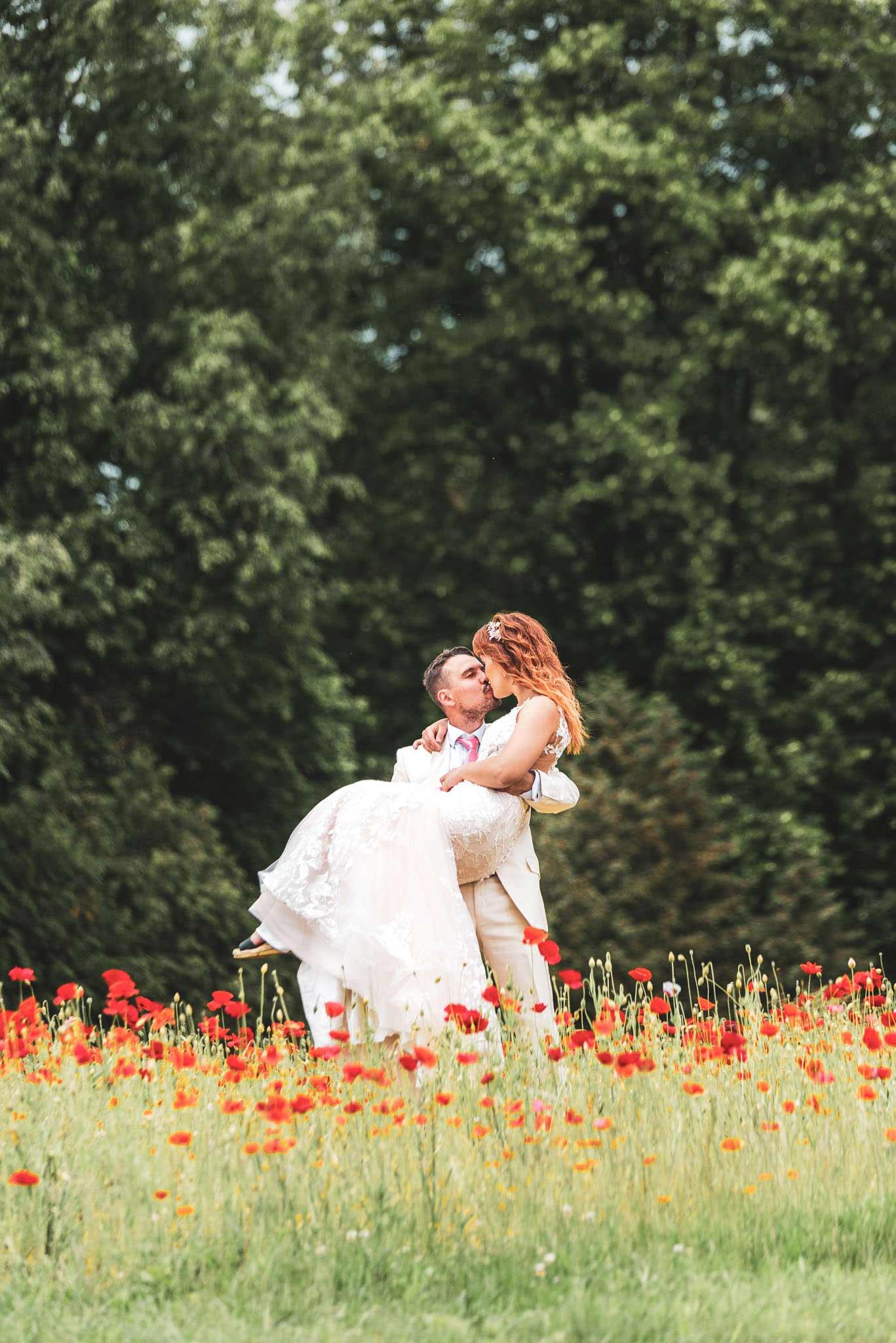 Pruut on peigmehe süles mooni peenral Tartu fotograaf ja pulmavideo